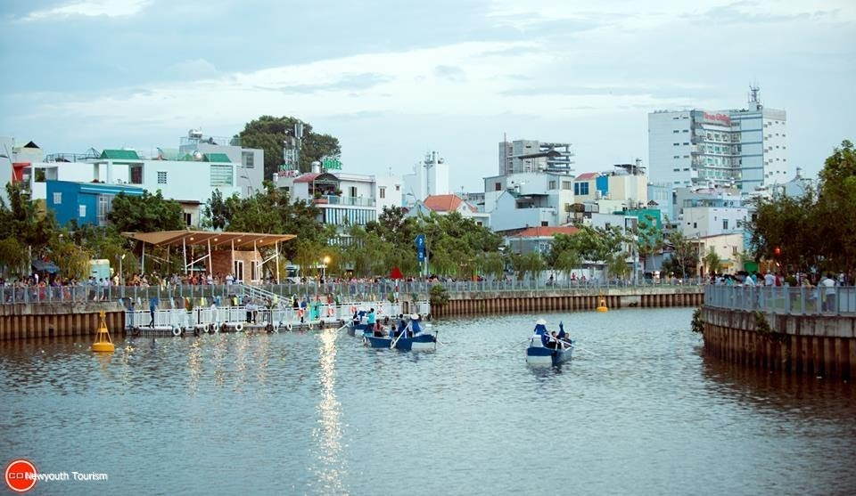 Boat_tour_on_Nhieu_Loc-Thi_Nghe_launched_01