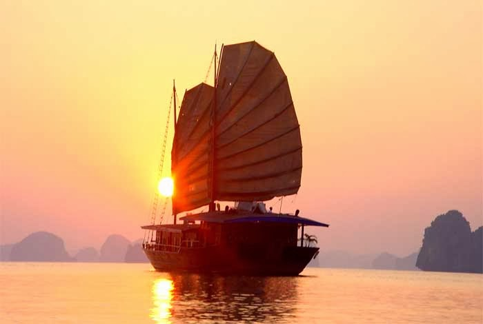 Halong_Bay_dolphin_cruise_tour_-_3_days_2_nights_02