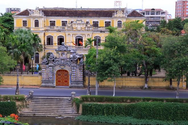 Inside-the-palace-of-Vietnam-last-king_01