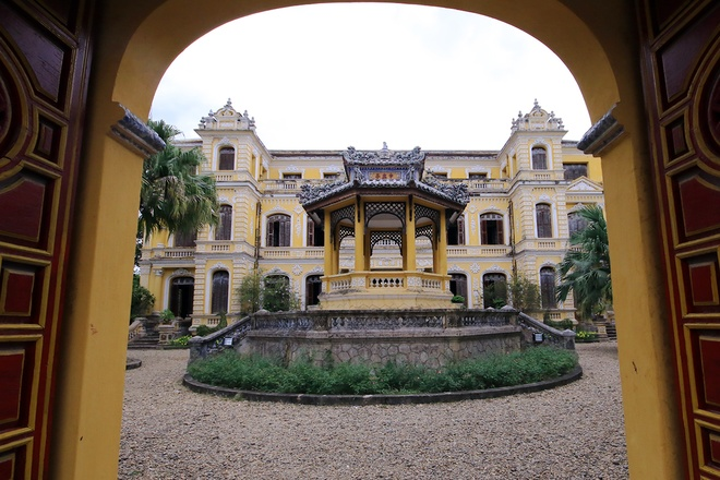 Inside-the-palace-of-Vietnam-last-king_02