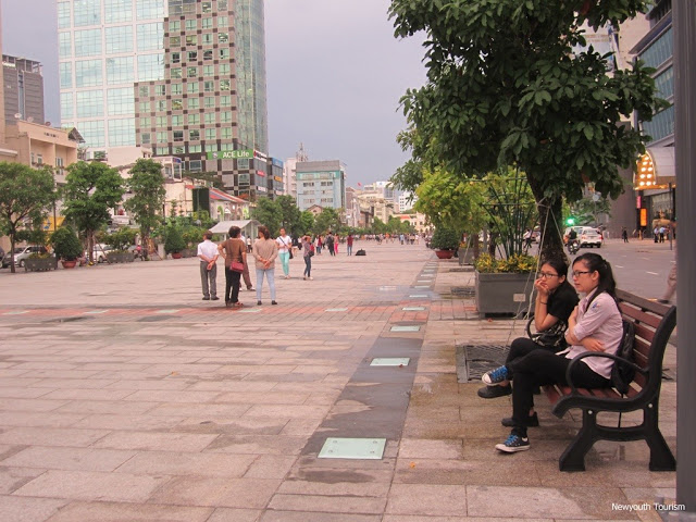 Nguyen_Hue_walking_Street_in_Ho_Chi_Minh_city_03