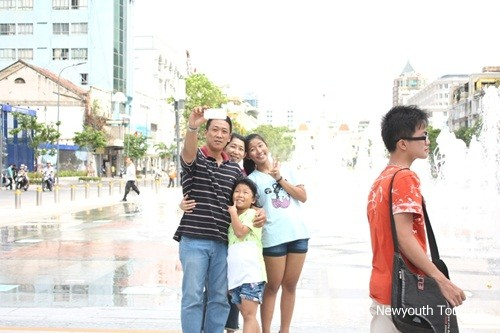 Nguyen_Hue_walking_Street_in_Ho_Chi_Minh_city_04