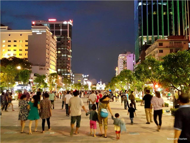 Nguyen_Hue_walking_Street_in_Ho_Chi_Minh_city_08.