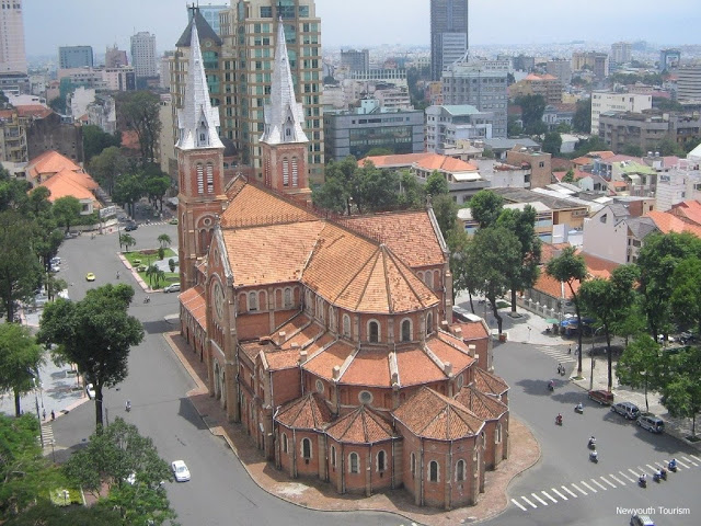 Saigon_Notre-Dame_Cathedral_in_Ho_Chi_Minh_City_01
