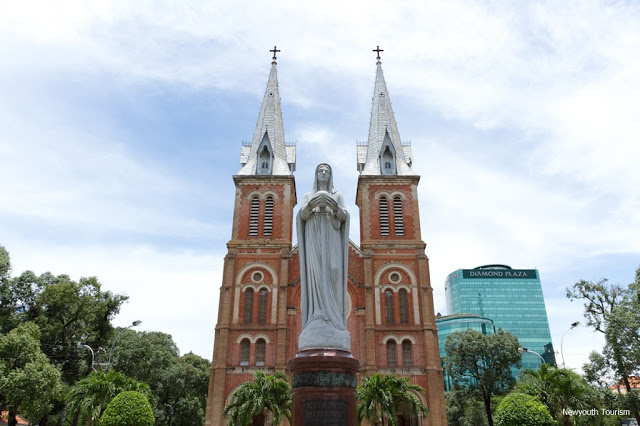 Saigon_Notre-Dame_Cathedral_in_Ho_Chi_Minh_City_04