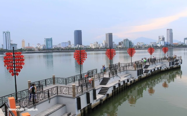 The-wharf-of-love-locks-in-Da-Nang-city_01