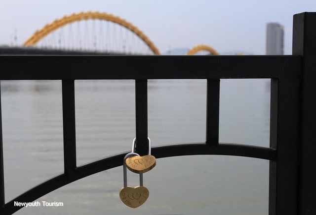 The-wharf-of-love-locks-in-Da-Nang-city_06