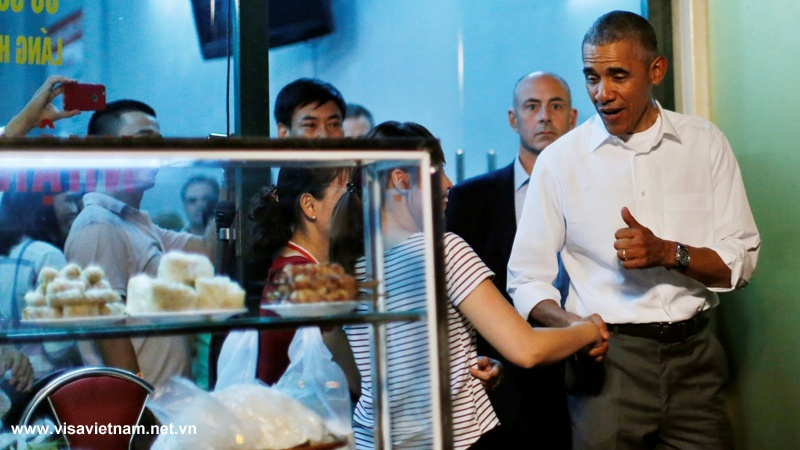 /U.S._President_Barack_Obama_like_to_eats_bun_cha_in_Vietnam_01