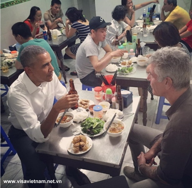 U.S._President_Barack_Obama_like_to_eats_bun_cha_in_Vietnam_02